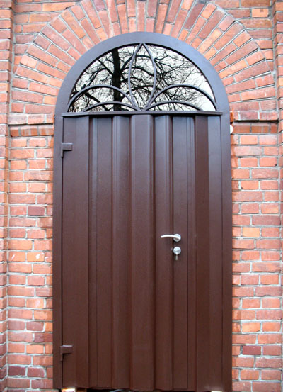 загородная уличная металлическая дверь